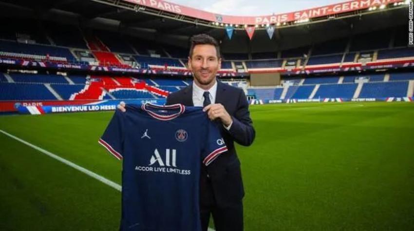 大巴黎天价签梅西,靠同款球衣日赚3000万欧!球王驾到引狂喜,姆巴佩却寒心闹离队?