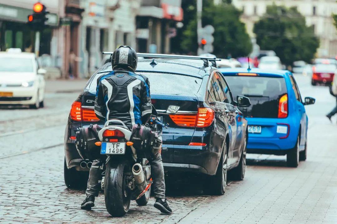 """法国新规:摩托车""""钻车缝""""再次试行!中国摩友羡慕疯了!"""